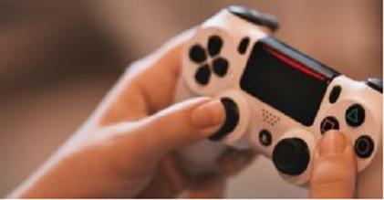 Mãos usando controle Pesquisa Game Brasil