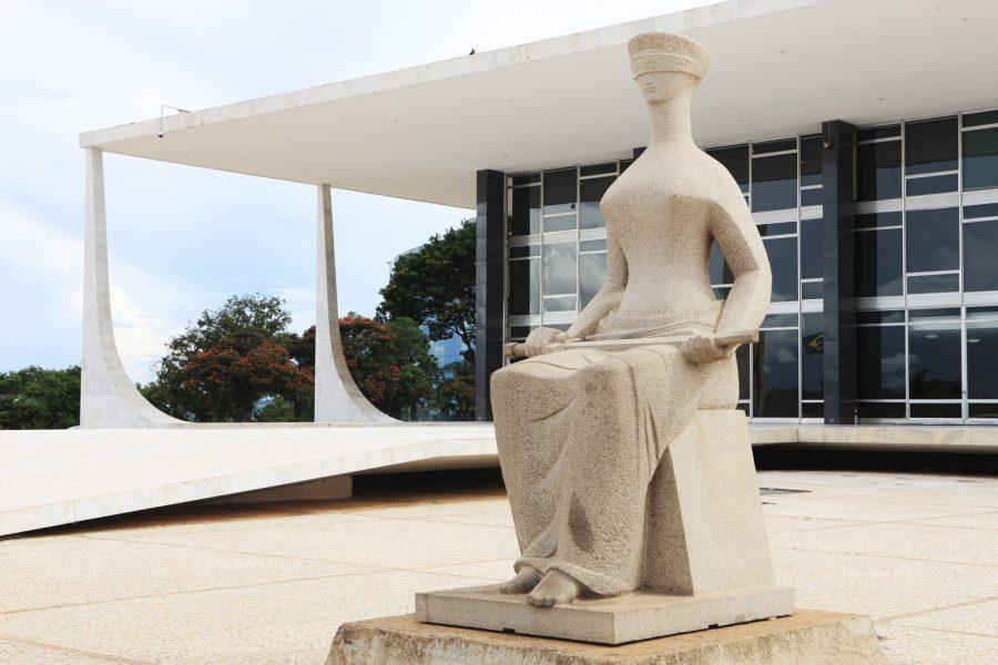 Estátua da Justiça Urna eletrônica