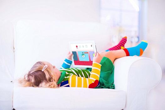 Criança com app de cuidados com filhos