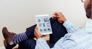Homem com tablet investindo em startups