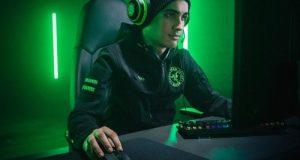 Gamer usando Razer Viper