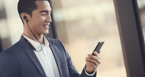 Smartphone com earphone contendo a inteligência artificial