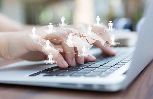 Mãos de profissional em teclado