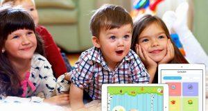 Crianças usando app Lingokids
