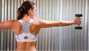 mulher com halteres exercícios em casa