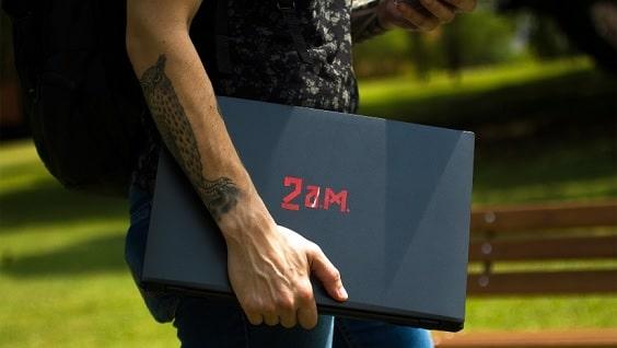 Pessoa com notebook gaming E550