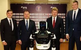 Robô treinador e pessoal do clube