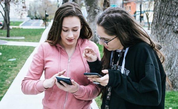 Mulheres mexendo no celular, app segurança feminina