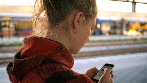 Mulher usando aplicativo de segurança no celularapp segurança feminina