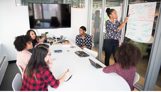 mulheres discutindo liderança feminina nas empresas