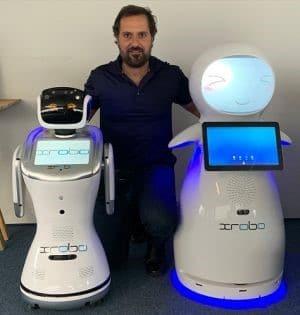 robô concierge e seu criador